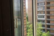 Установка металлической решётки на окно.